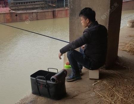 冬天的寒冷压抑不了钓鱼人的热情,东新综合货运码头晨钓人